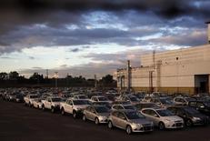 Una serie de vehículos estacionados en la planta de Ford en Pacheco, Argentina, mayo 22 2014. La actividad industrial de Argentina habría bajado en promedio un 2,2 por ciento interanual en septiembre afectada principalmente por la contracción del sector automotriz, según un sondeo de Reuters publicado el miércoles. REUTERS/Marcos Brindicci