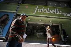 Unas personas pasan junto a una tienda de la cadena minorista Falabella en el centro de Santiago, ago 25 2014. La economía chilena habría crecido un 2,0 por ciento interanual en septiembre, impulsada por el sorpresivo desempeño de la producción manufacturera, y pese a un menor dinamismo del comercio y la minería, reveló el miércoles un sondeo de Reuters.   REUTERS/Ivan Alvarado