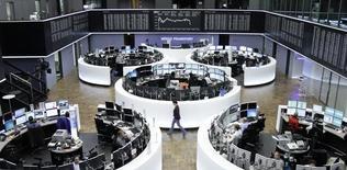 La bolsa alemana de valores en Fráncfort, oct 29 2014. Las bolsas europeas mantuvieron ligeras ganancias el miércoles, dado que el optimismo de los inversores antes de un comunicado clave de la Reserva Federal estadounidense contrarrestó turbulencias vinculadas al sector energético.   REUTERS/Remote/Pawel Kopczynski