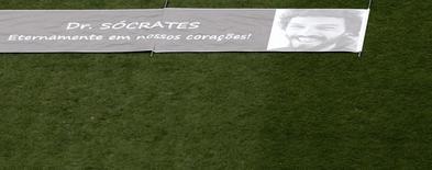 Bandeira com foto de Sócrates é exibida em jogo do Corinthians em 4 de dezembro de 2011, data de sua morte.   REUTERS/Nacho Doce