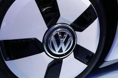 El logo de VolksWagen  visto en uno de sus vehículos en el Mondial de l'Automobile. Imagen de archivo, 03 octubre, 2014. La automotriz alemana Volkswagen reportó una ganancia operativa mayor que la esperada en el tercer trimestre, impulsada por las compras en Europa y China de sus modelos de lujo Audi y Porsche.  REUTERS/Jacky Naegelen