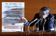 O Banco do Japão surpreendeu os mercados financeiros globais nesta sexta-feira ao expandir seu forte estímulo, reconhecendo que o crescimento econômico e a inflação não aceleraram como esperado após o aumento do imposto sobre vendas em abril, 31/10/2014 REUTERS/Issei Kato