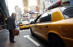 Un hombre intenta tomar un taxi afuera de un terminal de buses en Nueva York. Imagen de archivo, 05 septiembre, 2007.  El gasto de los consumidores estadounidenses cayó en septiembre por primera vez en ocho meses, pero un alza en la confianza de los compradores a máximos en más de siete años en octubre indica que el crecimiento económico se mantiene en terreno firme. REUTERS/Eric Thayer