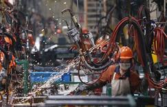 La croissance de l'activité du secteur manufacturier chinois est revenue en octobre à son plus bas niveau en cinq mois, un ralentissement inattendu lié à la faiblesse des commandes et à la hausse des coûts, montre une enquête publiée samedi. /Photo d'archives/REUTERS
