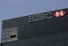 El edificio corporativo del banco HSBC en Ciudad de México, ago 27 2014. Las ganancias de HSBC incumplieron las expectativas en el tercer trimestre debido a que el banco reservó 1.800 millones de dólares para arreglos por mala praxis y compensaciones para los clientes, incluyendo una posible multa por manipulación en los mercados cambiarios. REUTERS/Henry Romero