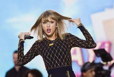 """La cantante Taylor Swift se presenta en """"Good Morning America"""" de la cadena ABC para promover su nuevo álbum """"1989"""" en Nueva York. Imagen de archivo, 30 octubre, 2014. La cantante Taylor Swift, cuyo nuevo álbum posiblemente será el más vendido en una primera semana de los últimos 10 años, retiró el lunes su catálogo completo del servicio de reproducción de música por internet Spotify. REUTERS/Lucas Jackson"""