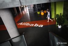 Alibaba a publié un bénéfice net en hausse de 15,5% à 1,11 milliard de dollars (888 millions d'euros), conforme aux attentes sur la période juillet à septembre. /Photo d'archives/REUTERS/Carlos Barria