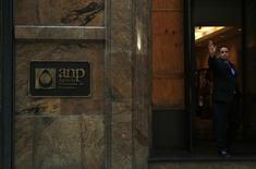 Segurança acena na entrada da sede da Agência Nacional do Petróleo, Gás Natural e Biocombustível (ANP) no Rio de Janeiro. 20/08/2014 REUTERS/Pilar Olivares