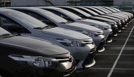 Toyota Motor a annoncé une hausse de 11,3% de son bénéfice d'exploitation au deuxième trimestre, dépassant ainsi le consensus, grâce à un yen faible et à des ventes solides aux Etats-Unis. Le premier constructeur automobile mondial a fait état d'un bénéfice de 659,22 milliards de yens (4,6 milliards d'euros) sur la période juillet-septembre contre un consensus Thomson Reuters I/B/E/S dégagé auprès de 13 analystes de 650,7 milliards. /Photo prise le 11 août 2014/REUTERS/Erik De Castro