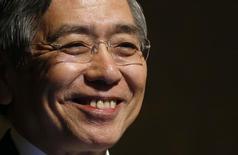 El gobernador del Banco de Japón, Harushiko Kuroda, habla en una agencia de noticias en Tokio, 05 noviembre, 2014. Kuroda, quien la semana pasada sorprendió a los mercados financieros globales con la ampliación de un programa de estímulo monetario, dijo que el banco central está decidido a hacer lo que sea necesario para alcanzar su objetivo de una inflación del 2 por ciento en dos años. REUTERS/Toru Hanai