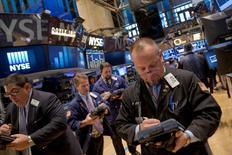 La Bourse de New York a débuté en hausse mercredi après que les républicains se sont emparés de la majorité au Sénat, comme prévu, dans le cadre des élections de mi-mandat. Le Dow Jones gagne 0,41% à 17.454,70 points dans les premiers échanges. /Photo prise le 3 novembre 2014/REUTERS/Brendan McDermid