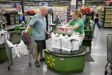 Una cajera en un supermercado de la cadena Walmart en Bentonville, EEUU, jun 6 2014. La actividad de la industria de servicios en Estados Unidos se desaceleró por segundo mes consecutivo en octubre, lo que sugiere cierta pérdida de impulso en la economía a comienzos del cuarto trimestre.   REUTERS/Rick Wilking