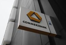 Accusée d'avoir contourné l'embargo visant l'Iran et d'autres pays, Commerzbank avertit qu'elle risque de devoir payer une lourde amende aux Etats-Unis. /Photo d'archives/REUTERS/Ina Fassbender