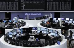 Les Bourses européennes s'inscrivent sur une note hésitante jeudi à la mi-séance. À Paris, le CAC 40 gagne 0,02% à 4.209,42 points vers 11h40 GMT. À Francfort, le Dax prend 0,13% et à Londres, le FTSE perd 0,12%. /Photo prise le 6 novembre 2014/REUTERS