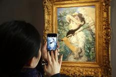 """Visitante tira foto de quadro """"Le Printemps"""" do artista francês Edouard Manet durante apresentação na casa de leilões Christie's. 22/10/2014 REUTERS/Charles Platiau"""