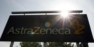 Щит с логотипом AstraZeneca в Англии 19 мая 2014 года. Британская фармацевтическая компания AstraZeneca в четверг вновь повысила прогноз продаж в 2014 году благодаря более позднему началу продаж дженериков ее препарата Nexium в США. REUTERS/Phil Noble