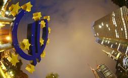 Символ евро у штаб-квартиры ЕЦБ во Франкфурте-на-Майне 2 сентября 2013 года. Европейский центробанк в четверг оставил процентные ставки без изменений в надежде, что принятые им новые стимулирующие меры предотвратят угрозу дефляции и экономической стагнации. REUTERS/Kai Pfaffenbach
