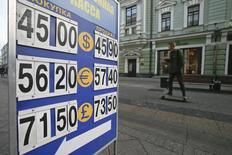 Штендер с курсами валют в Москве 6 ноября 2014 года. Рубль значительно подешевел в четверг, продолжив поиск дна после решения Центробанка накануне отменить нелимитированные интервенции. REUTERS/Maxim Shemetov
