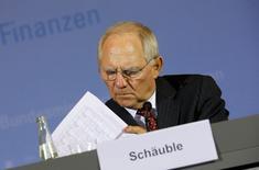 L'Allemagne compte augmenter ses dépenses d'investissement de 10 milliards d'euros sur la période 2016-2018 et table sur la poursuite de la croissance de son économie pour autant que la situation géopolitique ne se dégrade pas plus, a déclaré jeudi le ministre des Finances Wolfgang Schäuble. /Photo prise le 6 novembre 2014/REUTERS/Fabrizio Bensch