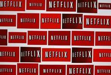 El logo de Netflix en una ilustración fotografíca realizada en Encinitas, EEUU, oct 1 2014. Las grandes firmas de medios redujeron mucho su dependencia del cíclico mercado de la publicidad y presentaron otro sólido trimestre de ganancias, impulsado por los pagos que reciben de Netflix Inc y las operadores de cable. REUTERS/Mike Blake