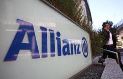 Allianz, qui a enregistré une hausse plus forte que prévu de son résultat net du troisième trimestre, va augmenter la part de son bénéfice alloué aux dividendes. /Photo d'archives/REUTERS/Yuriko Nakao