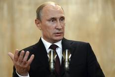 Президент России Владимир Путин на пресс-конференции в Милане 17 октября 2014 года. Падение мировых цен на нефть вызвано не только снизившимся из-за замедления экономики спросом, но также связано с политикой и спекулятивными манипуляциями, сказал в интервью госагентству Россия Сегодня президент РФ Владимир Путин. REUTERS/Vasily Maximov/Pool