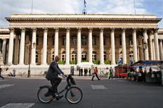 Les Bourses européennes ont ouvert vendredi en légère hausse, profitant encore de l'élan imprimé la veille par les dernières déclarations du président de la Banque centrale européenne (BCE). Quelques minutes après l'ouverture, le CAC 40 prenait 0,10%, le Dax gagnait 0,25% et le FTSE 0,27%. /Photo d'archives/REUTERS/Charles Platiau