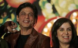 Bollywood actor Shah Rukh Khan (L) and director Farah Khan smile during a news conference in Mumbai September 18, 2007. REUTERS/Punit Paranjpe