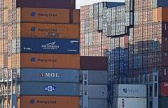 L'Allemagne a vu ses exportations et sa production industrielle rebondir en septembre, ce qui pourrait lui permettre d'éviter de plonger dans la récession au troisième trimestre. Les exportations allemandes ont progressé de 5,5% sur un mois après leur recul de 5,8% en août, leur plus forte chute en plus de cinq ans, tandis que les importations se sont redressées de 5,4% après deux mois consécutifs de recul. /Photo prise le 14 octobre 2014/REUTERS/Fabian Bimmer