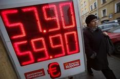 Табло с курсами валют в Санкт-Петербурге 7 ноября 2014 года. Центральный банк РФ видит риски для финансовой стабильности из-за повышенного спроса на валюту, готов в любой момент увеличить валютные интервенции для поддержки рубля и считает, что для достижения равновесия платежного баланса дальнейшее ослабление курса не требуется, сообщил ЦБ в пятницу. REUTERS/Alexander Demianchuk (RUSSIA - Tags: BUSINESS)