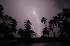 Unos rayos sobre Ologa, donde se alimenta el río Catatumbo, en el estado venezolano de Zulia, oct 23 2014. Cuando Erik Quiroga cumplió cinco años, su madre le apuntó en el horizonte el espectáculo de luces de una fastuosa tormenta eléctrica que se gestaba casi todas las noches a 65 kilómetros al oeste de su natal Valera, al pie de los Andes venezolanos.   REUTERS/Jorge Silva