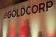 El logo de Goldcorp durante una reunión anual de la compañía en Vancouver. Imagen de archivo, 18 mayo, 2011. La minera canadiense Goldcorp dijo el viernes que reitró el estudio de impacto ambiental para el proyecto aurífero El Morro en el norte de Chile e inició nuevos estudios para determinar su óptima forma de desarrollo. REUTERS/Ben Nelms