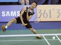 Malaysia's Lee Chong Wei returns a shot by China's Chen Long during their men's singles semi-finals badminton match at the Gyeyang Gymnasium during the 17th Asian Games in Incheon September 22, 2014.  REUTERS/Olivia Harris