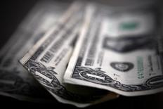 Долларовые купюры в Торонто 26 марта 2008 года. Курс доллара снижается вместе с доходностью американских облигаций после выхода в пятницу отчета о занятости в США, не оправдавшего надежды рынка. REUTERS/Mark Blinch