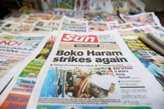 """Газета с заголовком, посвященном радикальной исламистской группировке """"Боко Харам"""", в Лагосе 10 июня 2014 года. По меньшей мере 48 человек погибли и еще 79 получили ранения в результате взрыва одетого в школьную форму экстремиста-смертника в школе города Потискум на северо-востоке Нигерии в понедельник, сообщил представитель местной больницы. REUTERS/Akintunde Akinleye"""