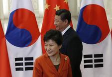 """La presidenta de Coreal del Sur, Park Geun-hye, junto al presidente de China, Xi Jinping, durante la reunión de la APEC en Beijing, 10 noviembre, 2014. Líderes de China y de Corea del Sur dijeron el lunes que ambos países llegaron a una """"conclusión en la práctica"""" de un tratado de libre comercio que eliminará o reducirá considerablemente los obstáculos al comercio y la inversión entre los dos gigantes comerciales. REUTERS/Kim Kyung-Hoon"""