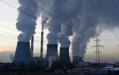Пар поднимается из труб тепловой электростанции в Москве 2 декабря 2010 года. Министерство по чрезвычайным ситуациям изучает причины происхождения неприятного запаха в Москве, на который в понедельник жалуются многие жители 15-миллионной российской столицы. REUTERS/Mikhail Voskresensky