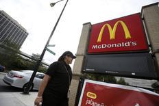 Una empleada a su llegada a un restaurante de la cadena McDonald's en Chicago, sep 25 2014. Las ventas comparables de McDonald's cayeron en todas las regiones en octubre, dañadas por una feroz competencia en Estados Unidos y por los efectos de un escándalo con proveedores en Japón y China.  REUTERS/Jim Young