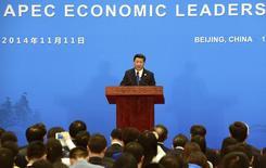 Les 21 Etats membres du Forum de coopération Asie-Pacifique (Apec) réunis à Pékin ont réaffirmé mardi leur engagement en faveur du projet de libéralisation de leurs échanges commerciaux promu par le président chinois Xi Jinping. /Photo prise le 11 novembre 2014/REUTERS/Goh Chai Hin/Pool