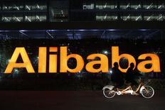 Логотип Alibaba Group в штаб-квартире компании в Ханчжоу 10 ноября 2014 года. Часть финансового дивизиона Alibaba Group Holding Ltd Alipay определенно станет публичной, сказал исполнительный директор компании Джэк Ма. REUTERS/Aly Song