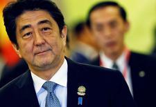 El primer minsitro de Japón, Shinzo Abe, llega para la cumbre de la ASEAN en Naypyitaw, 12 noviembre, 2014. Abe pospondrá un planificado aumento de impuestos y convocará a una elección general para diciembre, dijo el miércoles un diario, en un esfuerzo por afirmar su control del poder antes de que su apoyo entre los votantes sufra un declive. REUTERS/Damir Sagolj