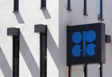Логотип ОПЕК на здании штаб-квартиры картеля в Вене 10 июня 2014 года. ОПЕК снизила добычу в октябре, но добыча крупнейшего производителя картеля Саудовской Аравии почти не изменилась, говорится в ежемесячном докладе организации. REUTERS/Heinz-Peter Bader