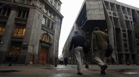Imagen de archivo del distrito financiero de Buenos Aires, ago 1 2014. Los trabajadores de bancos de Argentina iniciaron el miércoles una huelga de dos días en demanda de una rebaja en el Impuesto a las Ganancias, que grava los salarios medios y altos, y de mejoras en las condiciones de trabajo.   REUTERS/Marcos Brindicci