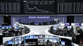Les Bourses européennes ont clôturé mercredi en baisse sensible, plombées notamment par les bancaires (-2,23%) après de nouvelles amendes prononcées aux Etats-Unis, en Suisse et en Grande-Bretagne contre des établissements renommés. Paris a perdu 1,51%, Londres 0,25%, Francfort 1,69%, Milan 2,87% et Madrid 1,8%. /Photo prise le 12 novembre 2014/REUTERS