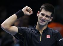 O sérvio Novak Djokovic comemora vitória sobre o suíço Stan Wawrinka, no ATP World Tour finals, na O2 Arena, em Londres, na Inglaterra, nesta quarta-feira. 12/11/2014 REUTERS/Suzanne Plunkett