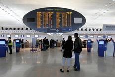 Aéroports de Paris est désormais plus prudent sur sa prévision de trafic pour 2014, conséquence du trou d'air entraîné par la grève historique des pilotes d'Air France en septembre. /Photo d'archives/REUTERS/Gonzalo Fuentes