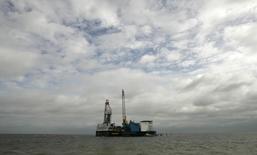 Платформа Mittelplate к северо-западу от Куксхафена 12 июля 2007 года. Немецкий энергогигант RWE предупредил, что завершение сделки по продаже нефтегазового актива DEA за 5,1 миллиарда евро ($6,4 миллиарда) консорциуму российского миллиардера Михаила Фридмана может затянуться. REUTERS/Fabrizio Bensch
