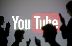 La plate-forme de vidéos en ligne YouTube, détenue par Google, a lancé mercredi son service par abonnement YouTube Music Key. /Photo prise le 29 octobre 2014/REUTERS/Dado Ruvic