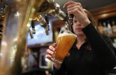 SABMiller a dégagé un résultat semestriel légèrement inférieur aux attentes, le numéro deux mondial de la bière citant notamment l'impact d'une météo défavorable en Chine et une guerre des prix accrue dans le secteur de la distribution en Australie. /Photo d'archives/REUTERS/Tim Wimborne