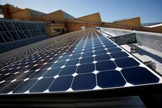 SunPower Corp, le deuxième fabricant américain de panneaux solaires, chutait jeudi en Bourse de plus de 6% après l'annonce d'une prévision de bénéfice d'exploitation nettement inférieur aux attentes en 2015. /Photo d'archives/REUTERS/Kim White